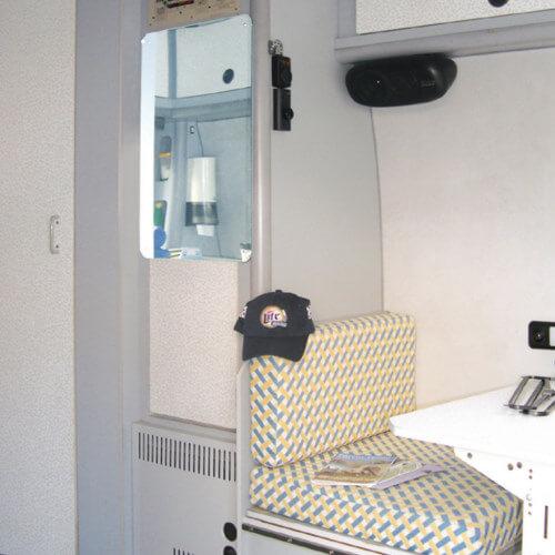 Akrilno ogledalo u kamp prikolici